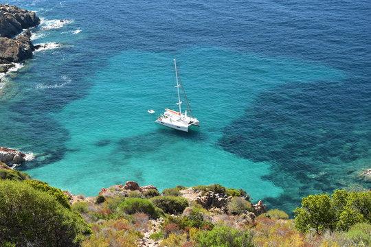 Catamaran dans l'anse Cala di Palu, Capo Rosso en Corse