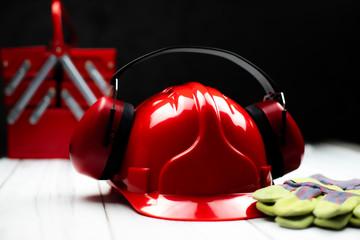 Fototapeta Czerwony hełm budowlany oraz akcesoria ochronne obraz
