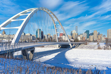 Panoramic view of Walterdale suspension bridge and downtown skyline in Edmonton, Alberta, Canada. Fototapete