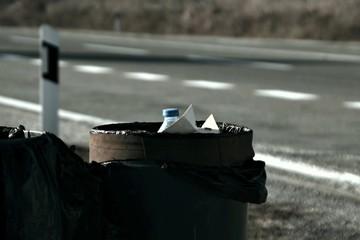 outdoor garbage can full of garbage Fototapete