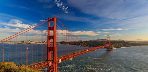 Spoed Fotobehang Nachtblauw Panorama of the Golden Gate bridge with the Marin Headlands and San Francisco skyline at colorful sunset, California