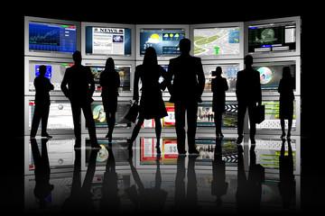 Gruppo di persone di fronte a serie di Tablet con varie applicazioni..