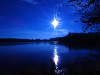Foto auf Leinwand Dunkelblau moon over the lake