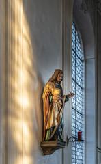 Statue hat Engelsflügel durch die durchscheinde Sonne