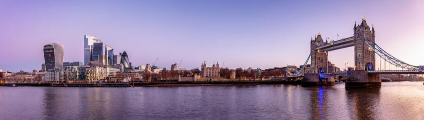 Fotomurales - Die Skyline von London am Morgen vor Sonnenaufgang: von der Tower Brücke bis zu den Wolkenkratzern der City, Großbritannien
