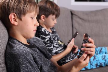 Jungs mit Smartphones