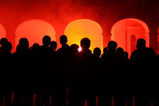 gente mirando el fuego en unos pórticos IMG_7745-as19