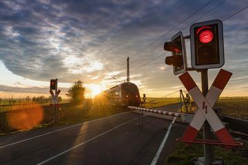 Foto auf Gartenposter Eisenbahnschienen Bahnübergang, Schranke, Zug, Eisenbahn