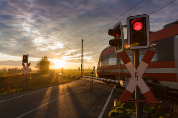 Foto auf Acrylglas Braun Bahnübergang, Schranke, Zug, Eisenbahn
