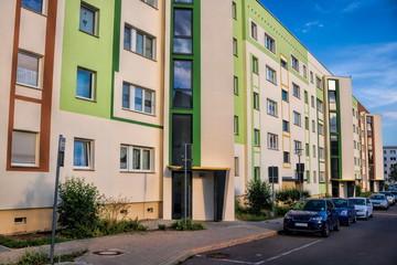 Fotomurales - merseburg, deutschland - straße mit sanierten plattenbauten
