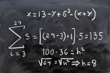 operaciones matematicas escritas con una tiza en la pizarra