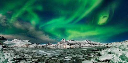 Foto auf Leinwand Nordlicht Aurora borealis over frozen lake - panorama