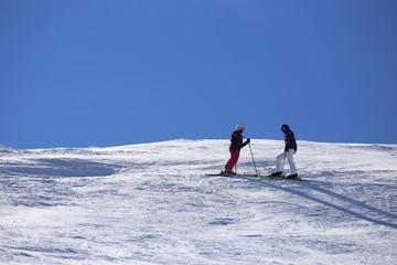 Skifahrer genießen die Aussicht