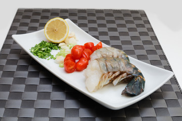 Raw king prawns with tomato and lemon