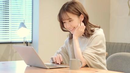 パソコンを使う女性 Fototapete