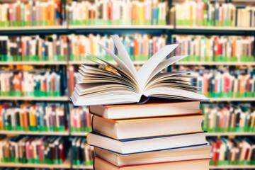 Bücherstapel in einer Bücherei Fototapete