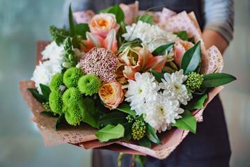 nice bouquet in the hands Fotobehang