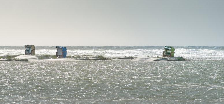 Strandkörbe und Meer während der Flut am Strand