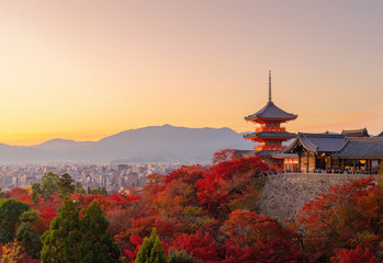 Papiers peints Kyoto Kiyomizu Dera Pagoda Temple with red maple leaves or fall foliage in autumn season. Colorful trees, Kyoto, Japan. Nature and architecture landscape background.
