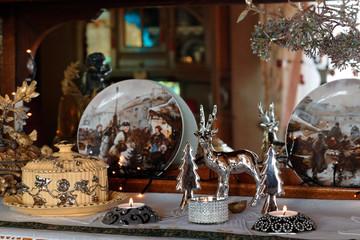 Weihnachtliche Wohnzimmerimpression mit Silberdeko und Kerzen