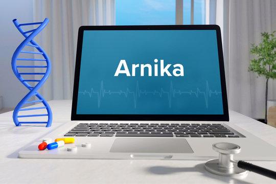 Arnika – Medizin/Gesundheit. Computer im Büro mit Begriff auf dem Bildschirm. Arzt/Gesundheitswesen
