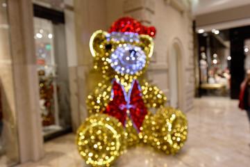 Weihnachtsbär - Weihnachtsdekoration in Einkaufszentrum - Bokeh Hintergrund
