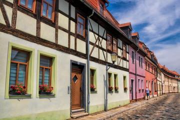 Fototapete - delitzsch, deutschland - altstadtgasse mit historischen fachwerkhäusern