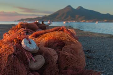 Spoed Foto op Canvas Chocoladebruin Redes de pesca sobre el muelle