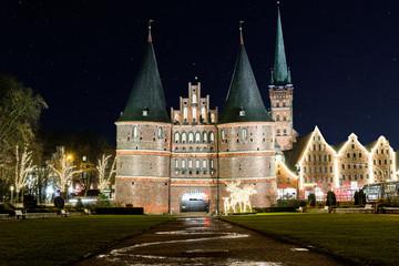 Holstentor in Lübeck bei Nacht
