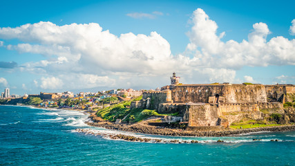 In de dag Blauw Panoramic landscape of historical castle El Morro along the coastline, San Juan, Puerto Rico.