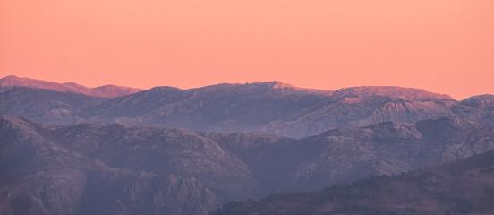 Fototapeten Lachs Bonita paisagem de montanhas ao pôr do sol na hora dourada