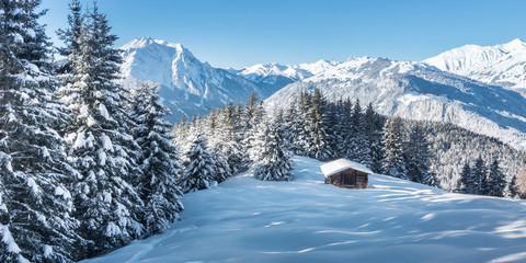 Foto auf AluDibond Blau Panorama einer Winterlandschaft mit Skihütte im Zillertal