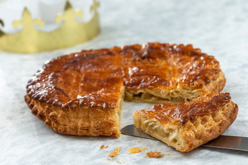 Autocollant pour porte Fleur Epiphany Twelfth Night cake french galette des rois made of puff pastry, slice apart with the charm inside, open crown leaning beside