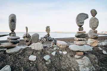 Photo sur Plexiglas Zen pierres a sable Figures of stones on the beach. Beautiful figures of stones on the background of the sea.