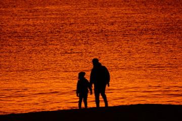 Photo sur Aluminium Rouge traffic 光る海とシルエット