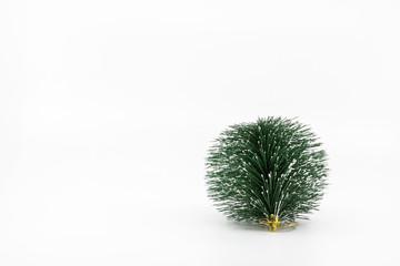 Boule de noël verte pour sapin de noël imitation sapin de noël avec des épines et de la neige avec une attache dorée objet isolé photo studio sur fond blanc