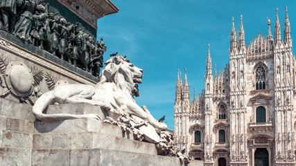 Autocollant pour porte Milan Panoramic view of the Milan city center with sculpture of lion in summer, Italy. Famous Milan Cathedral (Duomo di Milano) in background.