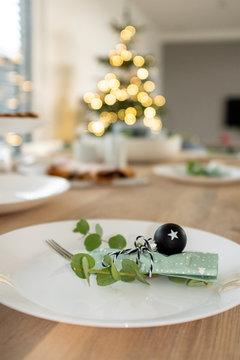 Weihnachtlich gedeckter Tisch mit Kuchen