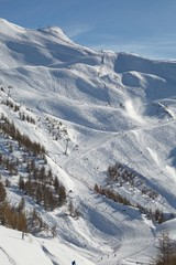 Fototapete - View of the ski slopes in Les Orres