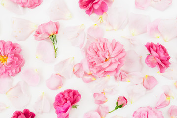 Papiers peints Fleurs Vintage Floral composition with pink roses and leaves on white. Flat lay