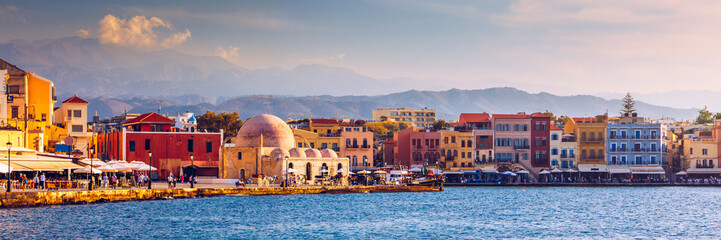 Foto auf AluDibond Südeuropa Mosque in the old Venetian harbor of Chania town on Crete island, Greece. Old mosque in Chania. Janissaries or Kioutsouk Hassan Mosque in Chania Crete. Turkish mosque in Chania bay. Crete, Greece.