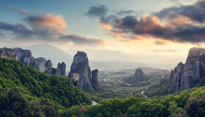 Keuken foto achterwand Beige Wonderful Panoramic view of Meteora. Majestic sunny landscape with colorful sky over the fairytale mountain valley in Greece. Amazing spring scene of Famouse Kalabaka location, Greece, Europe