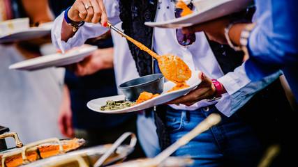 Spoed Foto op Canvas Muziekwinkel people getting their food while having lunch