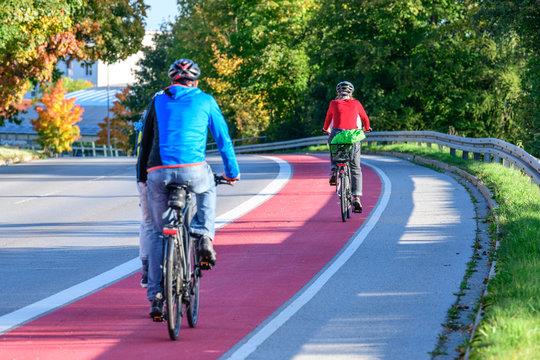 Unterwegs auf einem breiten und gut gekennzeichneten Radweg in der Stadt