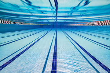 Photo sur Aluminium Montagne Olympic Swimming pool under water background.