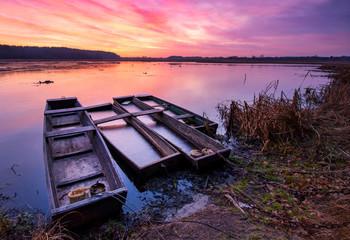 Foto auf Acrylglas Aubergine lila Beautiful sunrise over lake banks