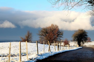 Früher Winter: Weidezaun in schneebedeckter Landschaft, Allgäu, Bayern