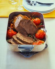 Geschmorter Rinderbraten in einem Bratentopf mit Tomaten und Soße