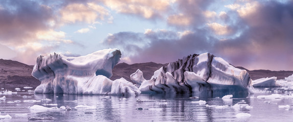 Photo sur Aluminium Lavende The Iceberg lagoon at sunset