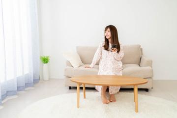 ソファーに座っている女性